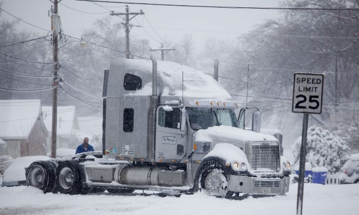 A semi-truck gets stuck on Woodford Avenue on Friday, Jan. 22, 2016, in Bowling Green, Ky.  (Austin Anthony/Daily News via AP) MANDATORY CREDIT