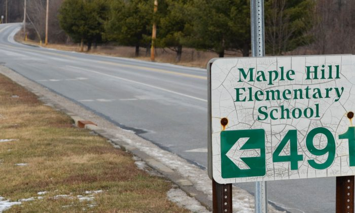 Sign leading to Maple Hill Elementary School in Middletown on Jan. 26, 2016. (Yvonne Marcotte/Epoch Times)
