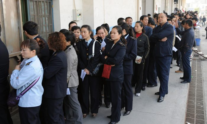 People queue up outside a hospital in Hefei, in eastern China's Anhui province on November 10, 2009. (STR/AFP/Getty Images)