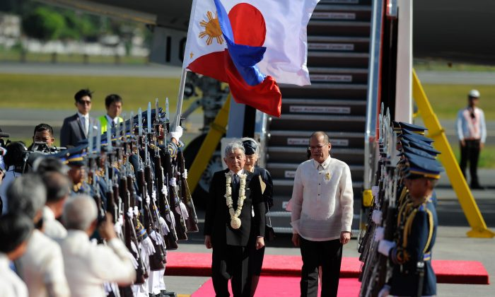 Emperor Akihito and Empress Michiko are welcomed by Philippine president Benigno Aquino during their arrival at Ninoy Aquino International Airport on January 26, 2016 in Manila, Philippines. (Dondi Tawatao/Getty Images)