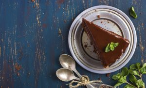 How To Make The Easiest, Most Delicious Raw Chocolate Cake