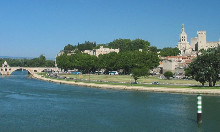 The Rhône River at Avignon. Uniworld's Rhône cruise begins in Beaune and ends in Avignon. (Rolf Süssbrich/Wikimedia Commons)