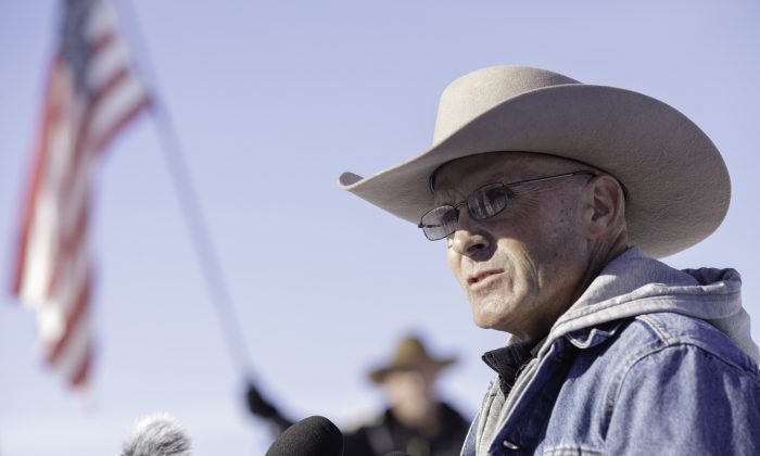 LaVoy Finicum speaks to reporters on January 15, 2016 in Burns, Oregon. (Rob Kerr/AFP/Getty Images)