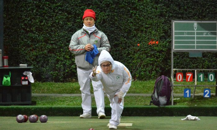 In a battle between two rookies, Cheng Mai-yung (delivering) from the Island Lawn Bowls Club defeated Rachael Ng from Filipino Club 13:10 to take her first major National title at the National Knock-out Singles on a chilly Sunday Jan 24, 2016 night. (Stephanie Worth)