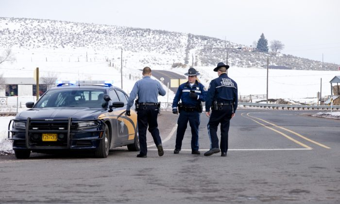 Oregon State Police man a roadblock at the intersection of highways 395 and 20 outside of Burns, Ore., Wednesday morning, Jan. 27, 2016. (Dave Killen/The Oregonian via AP)