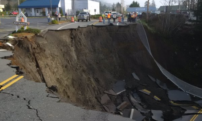 A sinkhole on the US 101 Highway (Oregon Department of Transportation)