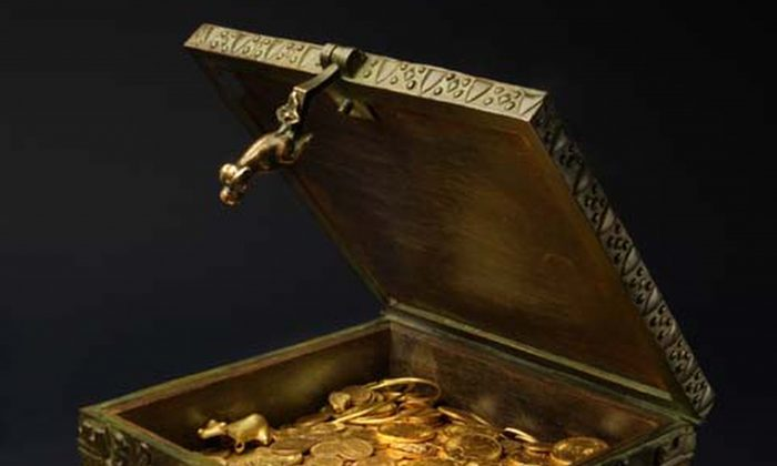 Gold jewelry and other artifacts in a treasure chest. (Forrest Fenn via AP)