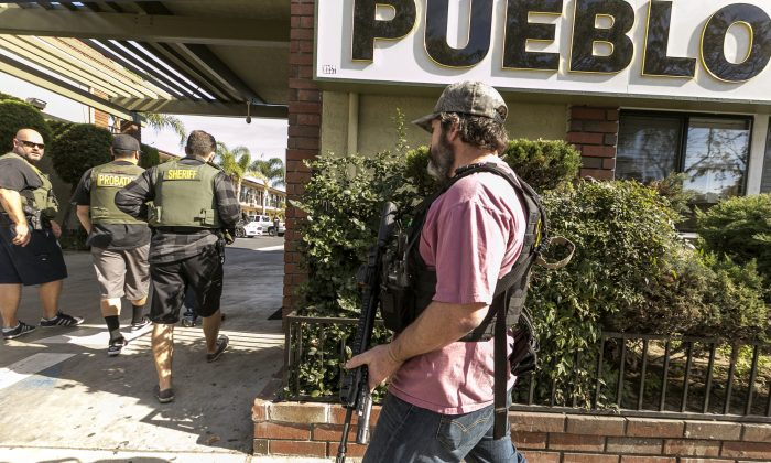 Orange County Sheriff agents search the back of a hotel for escaped inmates in Santa Ana, Calif., on Jan. 29, 2016. (AP Photo/Damian Dovarganes)
