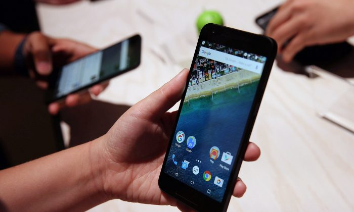 An attendee inspects the new Nexus 5X phone during a Google media event on September 29, 2015 in San Francisco, California. (Justin Sullivan/Getty Images)