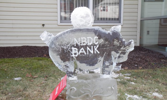 An ice sculpture of a piggy bank in front of NBDC Bank during Winterfest in Wurtsboro on Feb. 6, 2016. (Holly Kellum/Epoch Times)