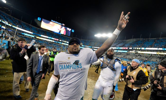 Thomas Davis had seven tackles in the Super Bowl, despite playing with a surgically-repaired arm. (Grant Halverson/Getty Images)