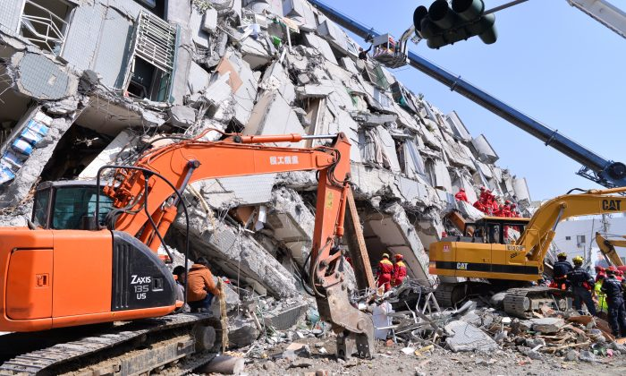 Rescue workers at the site of the collapsed Wei-guan Golden Dragon Building in Tainan, Taiwan, on Feb. 7, 2016. (Huang Puchen/Epoch Times)