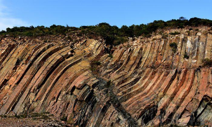 The man-shaped cracks, a landmark on the High Island Reservoir East Dam. (Sun Mingguo/Epoch Times)