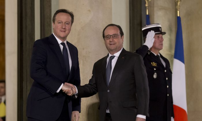 British Prime Minister David Cameron (L) and French President Francois Hollande at the Elysee Palace in Paris, on Feb. 15, 2016. (AP Photo/Michel Euler)