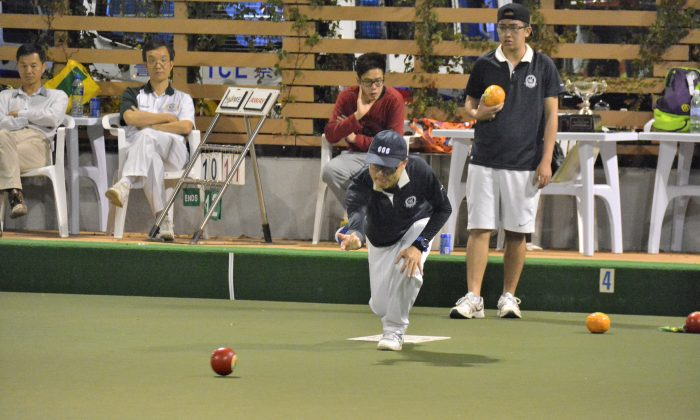 In a battle between two Craigengower Cricket Club members, Hong Kong international Stanley Lai (delivering) defeated the reigning Hong Kong International Bowls Classic champion Jordi Lo to take his first National Knock-out Singles on Saturday, Feb 13, 2016. (Stephanie Worth)