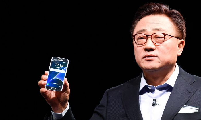 President of Mobile Communications Business of Samsung DJ Koh presents the new Samsung Galaxy S7 and Samsung Galaxy S7 edge on February 21, 2016 in Barcelona, Spain. (David Ramos/Getty Images)