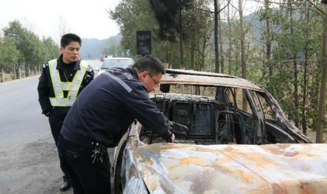 Police at the scene of the crash. (via Sina)