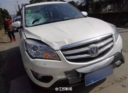 Shen's vehicle sustained more damage than Zhuang. (via Sina.com)