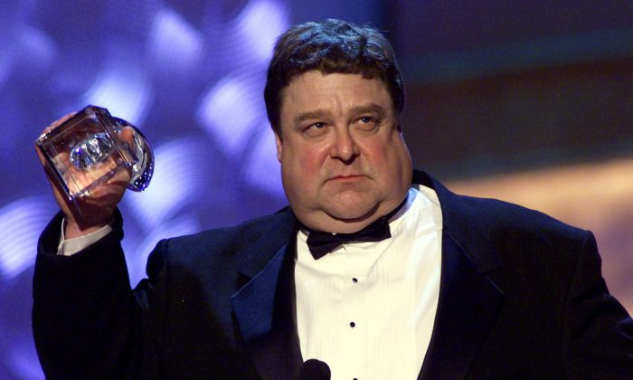 "Actor John Goodman of the television show ""Normal, Ohio"" accepts his People's Choice Award for ""Favorite Male Performer in a New Television Series"" during the 27th Annual People's Choice Awards 07 January 2001 in Pasadena CA. (LUCY NICHOLSON/AFP/Getty Images)"