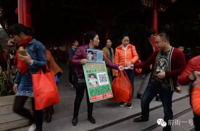 Zhang Xuexia searches for her son in Anxi County, Fujian Province. (Jinhua Times)