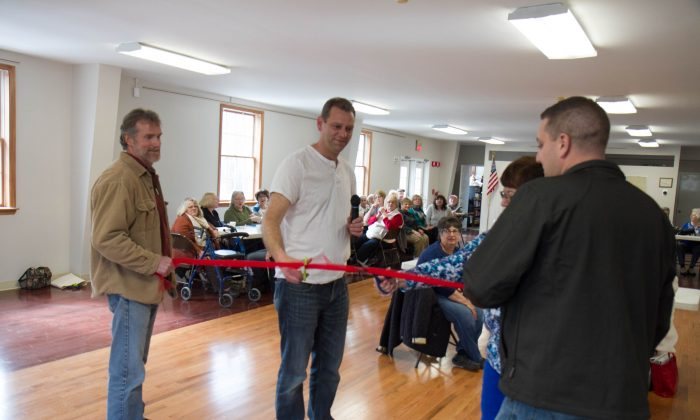 Town of Mount Hope Supervisor Chad Volpe and Village of Otisville Trustee Diane Loeven cut the ribbon at the opening of the newly-redone Mount Hope Senior Center on March 8, 2016. (Holly Kellum/Epoch Times)