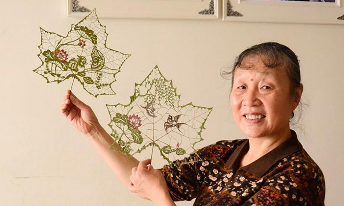 Du Wanli and two cuts made using maple leaves. (People's Daily)