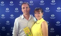 Russian Couple Impressed by Classical Chinese Dance