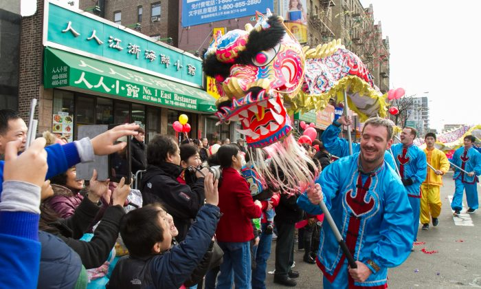 A dragon dance team composed of Falun Gong practitioners perform in the Chinese New Year parade in Flushing, Queens, in this file photo. (Benjamin Chasteen/Epoch Times)