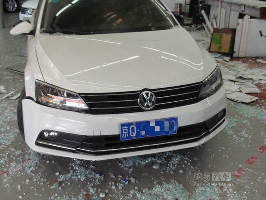 Bai's car inside the damaged dealership. (WeChat)