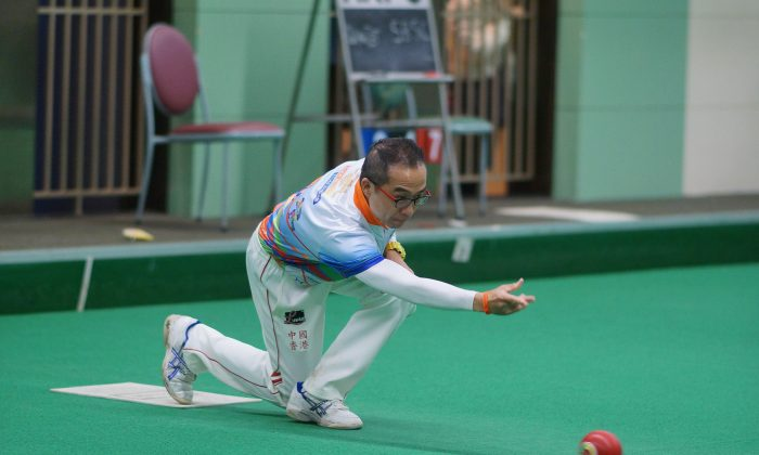 Hong Kong top bowler Stanley Lai leads his Causeway Bay teammates to lift the cup at the Tiger Bowls 2016. (Mike Worth)