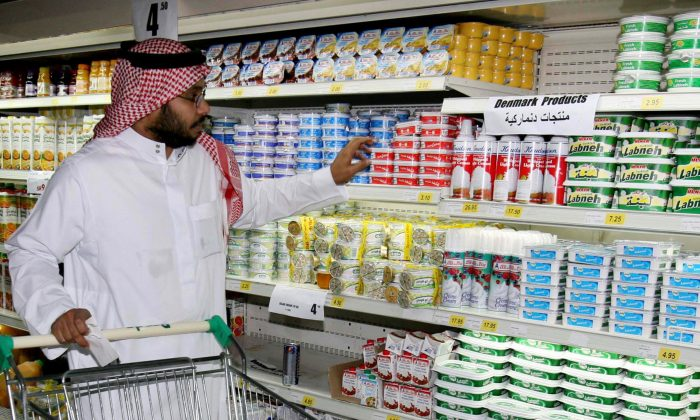A Saudi man is shopping at a Supermarket with empty shelf spaces that used to have Danish dairy products in Jiddah, Saudi Arabia Saturday Jan. 28, 2006. (AP Photo / Khalid Mahmoud)