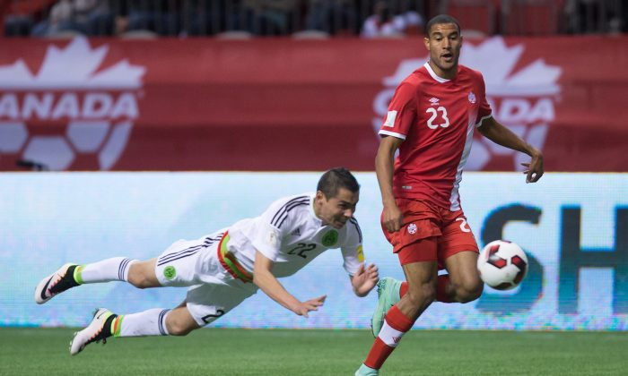 Mexico's Paul Aguilar (L) tries to stop Canada's Tesho Akindele in FIFA World Cup qualifyingsoccerin Vancouver on March 25, 2016. (The Canadian Press/Darryl Dyck)