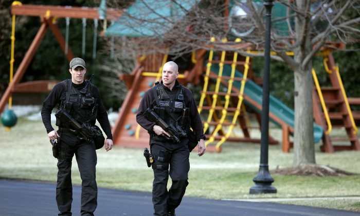 Two U.S. Secret Service agents carry machine guns as they walk past a new swing set on the south lawn of the White House on March 6, 2009 in Washington, DC. U.S. (Photo by Mark Wilson/Getty Images)