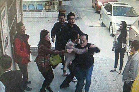 Su Daping tackles security guard Zheng Youzhong. (via Sina)