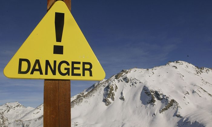 A sign warns about the risks of avalanche in the French ski resort of Val d'Isere on Feb. 13, 2004. (Pascal Le Segretain/Getty Images)