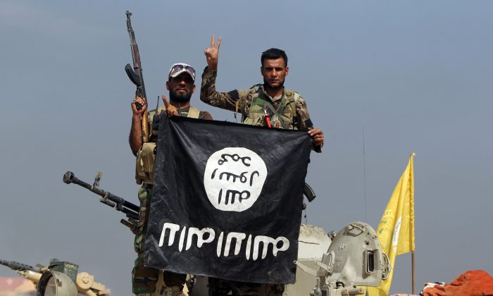 The flag of the Islamic State (ISIS) during a military operation aimed at the center of Baiji, some 200 kilometers north of Baghdad, on Oct. 19, 2015. (Ahmad al-Rubaye/AFP/File Photo via Getty Images)