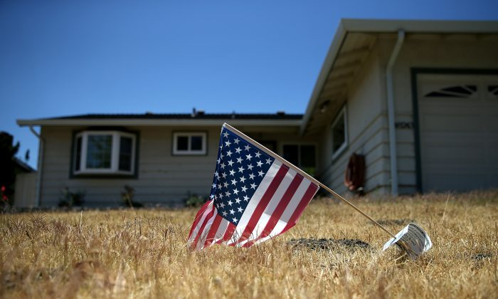 An American flag is displayed on a dead lawn in front of a home in Fremont, Calif., on July 18, 2014. (Justin Sullivan/Getty Images)