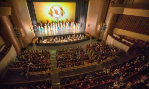 Mainland Chinese Touched by Shen Yun's Contemporary Stories