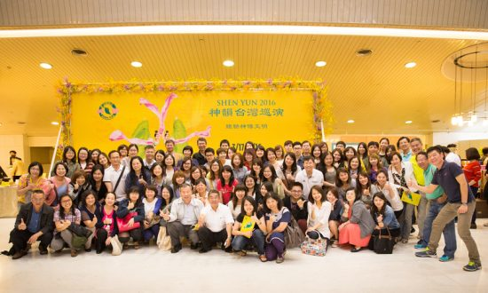 Accounting CEO Invites 100 Employees to See Shen Yun
