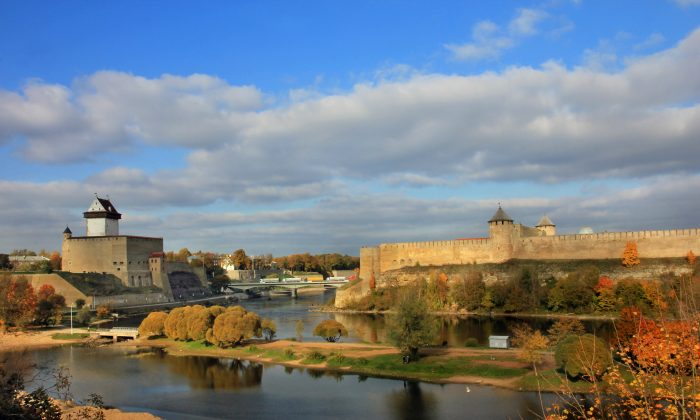 Narva River flows between Estonia's Hermann Castle (L) and the Russia's Ivangorod Fortress (R). (Aleksander Kaasik/Wikimedia, CC BY-SA)