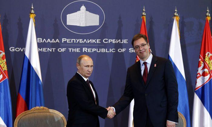 Russian President Vladimir Putin (L) and Serbian Prime Minister Aleksandar Vucic in Belgrade, Serbia, Oct. 16, 2014. (AP Photo/Darko Vojinovic)