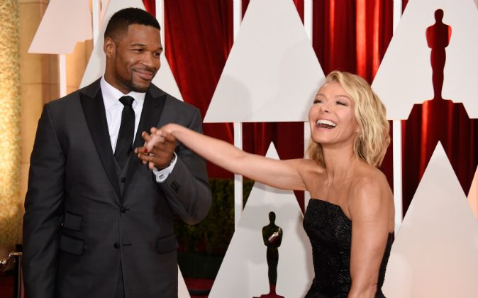 TV personalities Michael Strahan (L) and Kelly Ripa attend the 87th Annual Academy Awards at Hollywood & Highland Center on February 22, 2015 in Hollywood, California. (Photo by Frazer Harrison/Getty Images)