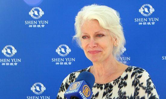 Shen Yun's Lyrics Move Senior Model to Tears
