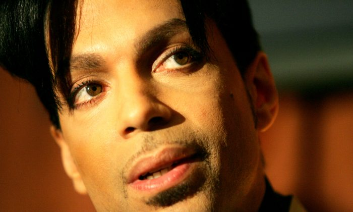 """Recording artist Prince speaks during a news conference about his recording agreement between himself and Universal Records and his new single """"Te Amo Corazon,"""" Tuesday, Dec. 13, 2005, in Beverly Hills, Calif.  (AP Photo/Danny Moloshok)"""