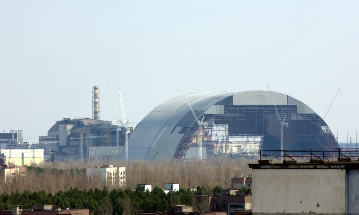 The Chernobyl New Safe Confinement under construction in April 2015. (Tim Porter/Wikimedia, CC BY-SA)