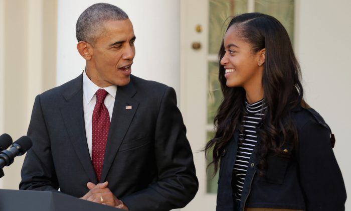 U.S. President Barack Obama (L) delivers remarks with his daughter Malia during the annual turkey pardoning ceremony in the Rose Garden at the White House  November 25, 2015 in Washington, DC. (Chip Somodevilla/Getty Images)