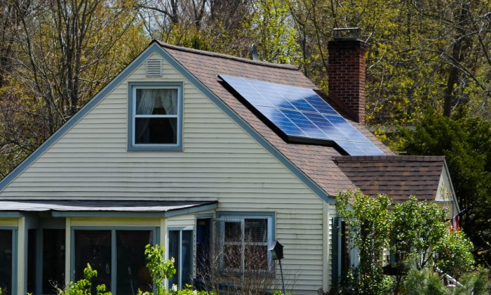 House with rooftop solar panels in Middletown on April 30, 2016. (Yvonne Marcotte/Epoch Times)