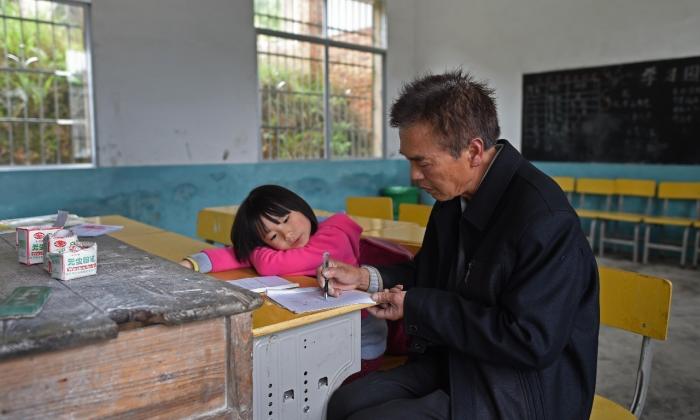 Peng and teacher Liu Chuiming. (via Xinhua)