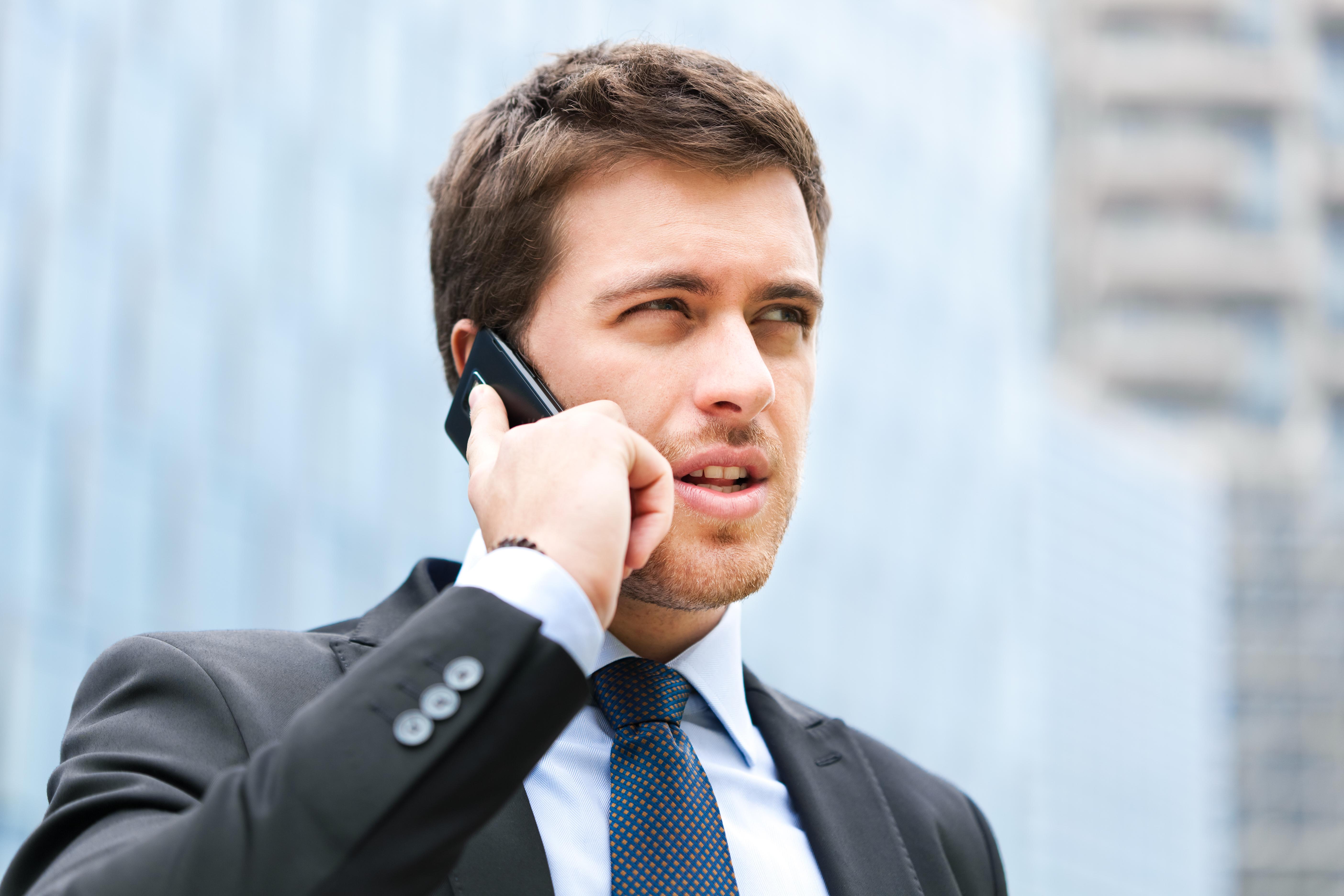 данной парень говорит по телефону картинка выяснилось, что