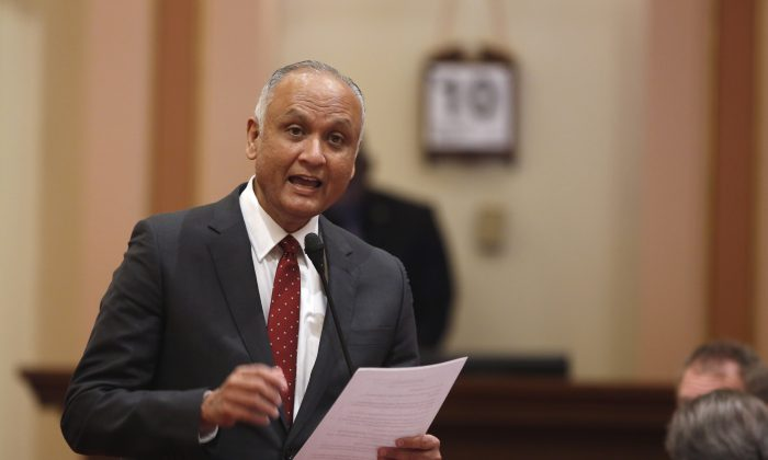 State Sen. Ed Hernandez (D-Azusa) urges lawmakers to approve his bill to raise the smoking age from 18 to 21 at the Capitol in Sacramento, Calif., on March 10, 2016. (AP Photo/Rich Pedroncelli)